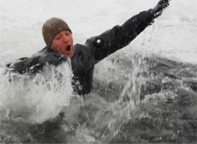 Человек в ледяной воде - паника